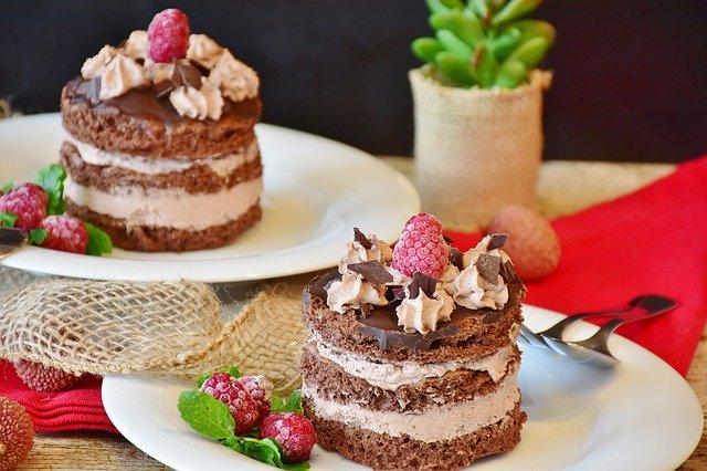 Tarte au chocolat noir combava et baies roses
