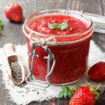 Recette de la compote de pommes à la confiture de fraise, menthe et poivre