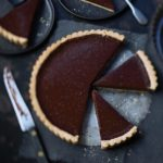 Recette de la tarte au chocolat noir combava et baies roses