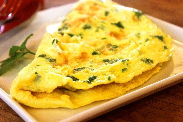 Omelette au concombre, fromage & vinaigre balsamique au Curcuma